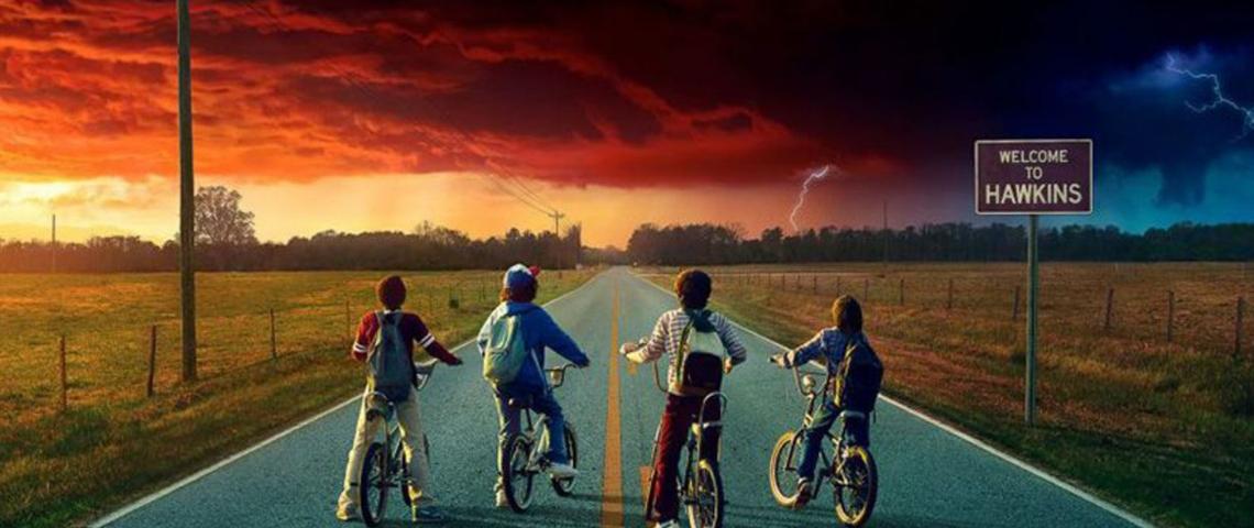 Quatre adolescents à vélo regarde l'horizon