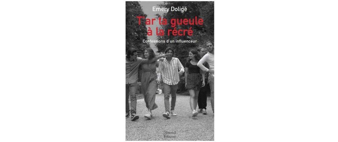 Page de couverture du livre  - T'ar ta gueule à la récré, avec une bande de jeunes gens qui marchent dans la rue - Photo en noir et blanc