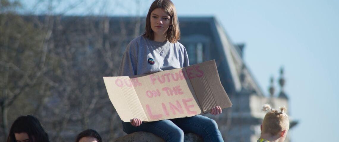 Une jeune fille lors d'une manifestation