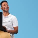 homme avec un ordinateur devant un fond bleu