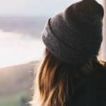 Une jeune femme qui regarde à l'horizon