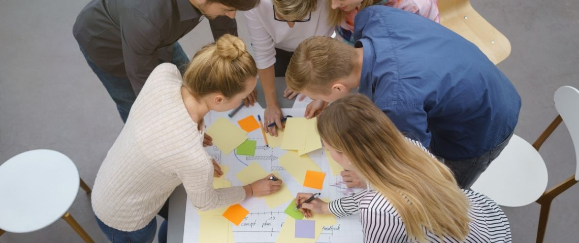 Individus autours d'une table en train de travailler en collaboration