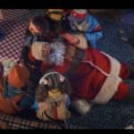 Visuel de la campagne d'Orange avec au centre un père noel allongé entouré des enfants qui l'ont capturé