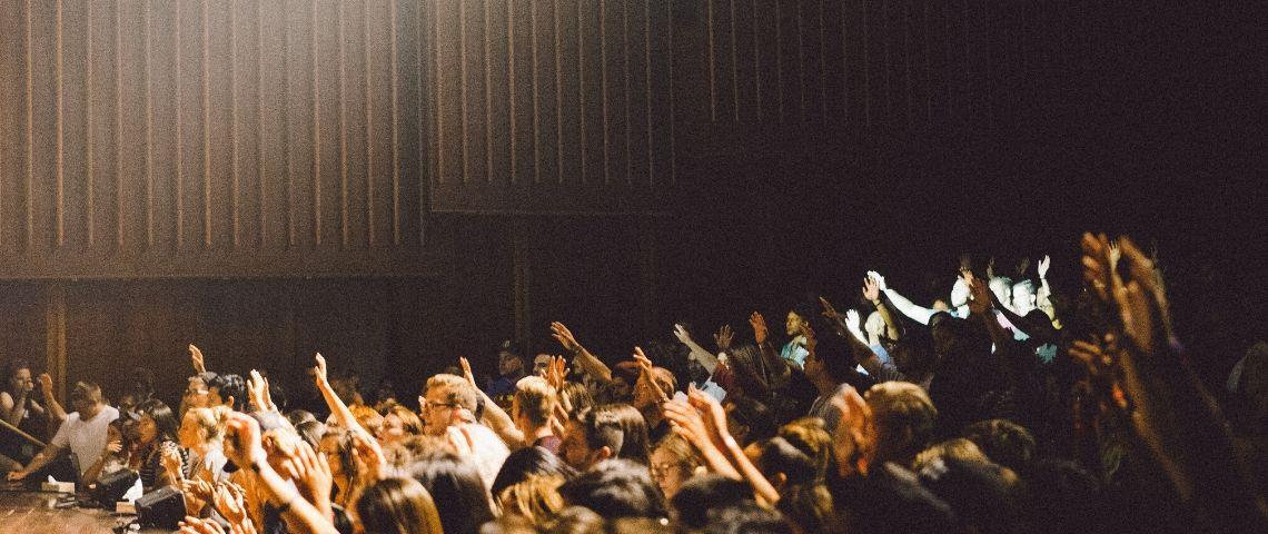 visuel de personne levant la main