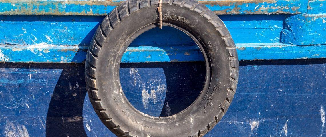 Photo d'un vieux pneu accroché à un bateau