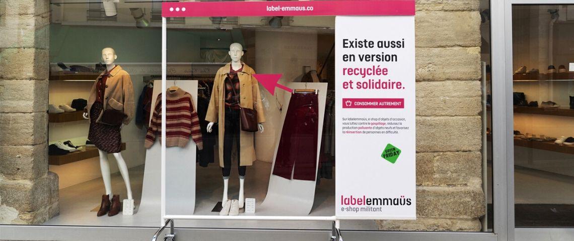 Capture d'écran de la campagne Emmaus : presentant un vêtement avec la mention  - Existe aussi en version recyclée et solidaire -