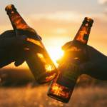 Deux personnes trinquent avec deux bières
