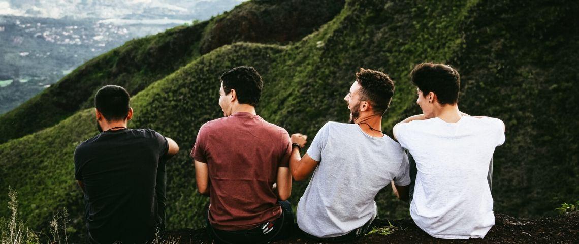 Photo de 4 hommes de dos en train de rire