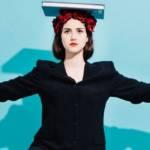 Visuel d'une femme en équilibre avec un livre sur la tête