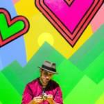 Homme devant fond coloré