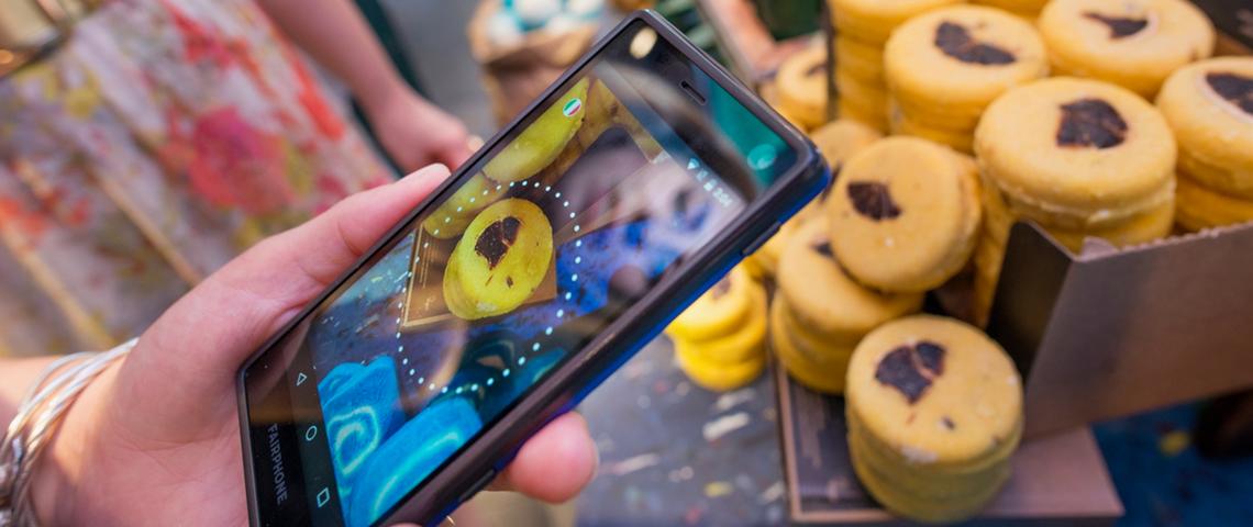 Smartphone Fairphone en train de scanner un savon Lush dans un magasin.