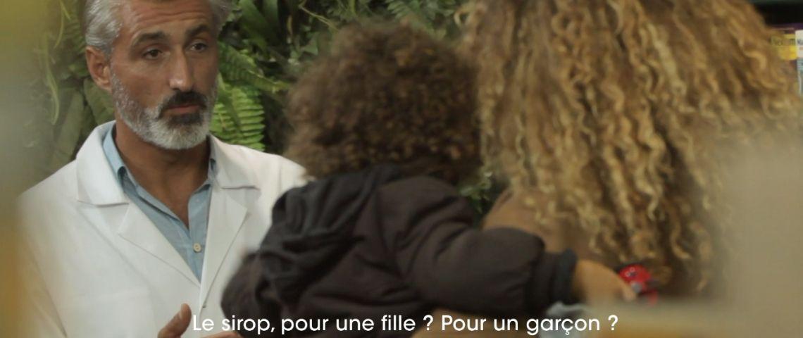 Capture d'écran d'une des vidéos de la campagne Pandacraft : un pharmacien demande à une femme si le sirop pour la toux qu'elle souhaite est pour une fille ou un garçon