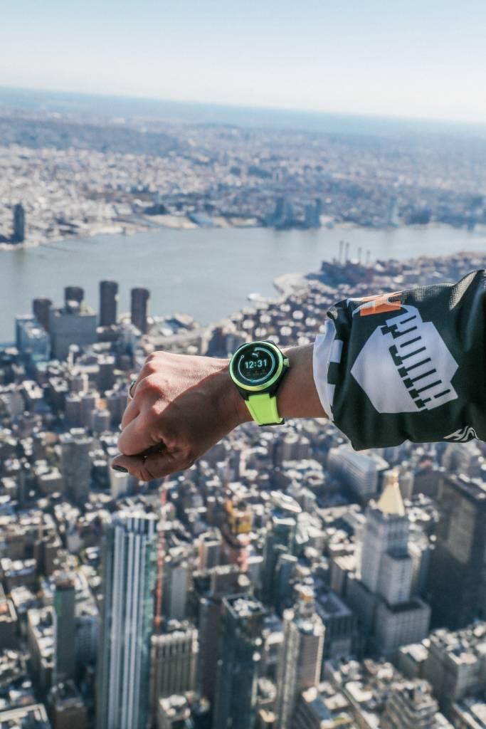Photo de la montre connectée Puma prise dans le vide en haut de l'Empire State Building