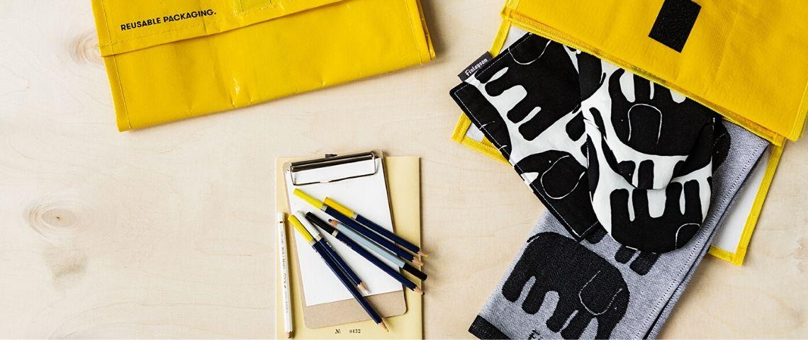 Sacs jaunes pochettes motif éléphant crayons carnet de note