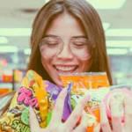 Une jeune femme tiens des bonbons dans sa main