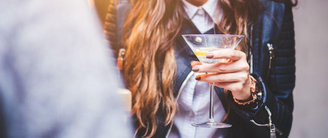 Une femme qui boit un cocktail