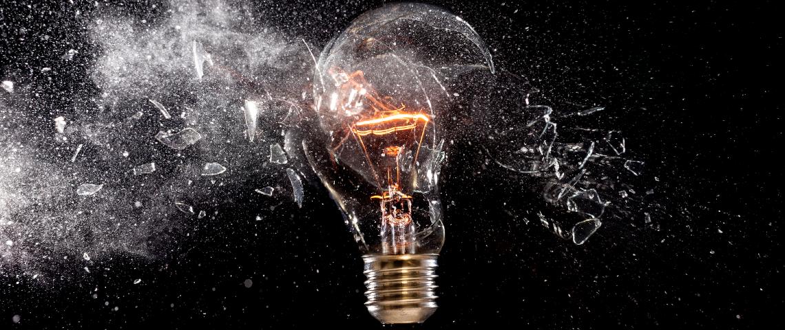 Une ampoule se brise en mille morceaux