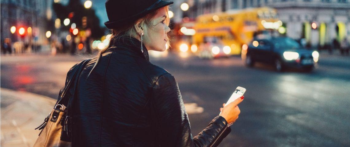 Une fille qui consulte son téléphone dans la rue