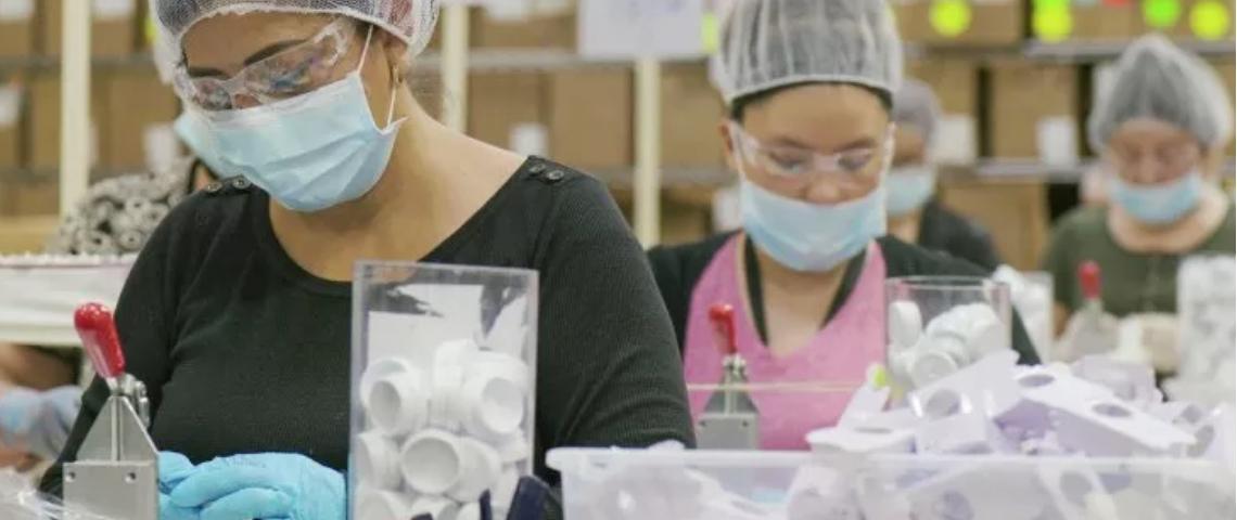 Une usine en Chine qui contrefait des produits de maquillage