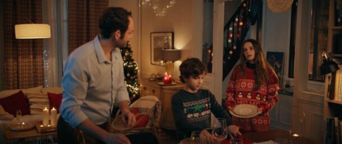 1 papa et 2 enfants, les enfants ont un pull de Noël tandis que le papa a mis une chemise