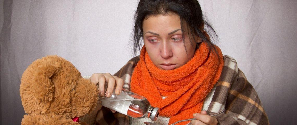 Femme malade qui soigne également son nounours