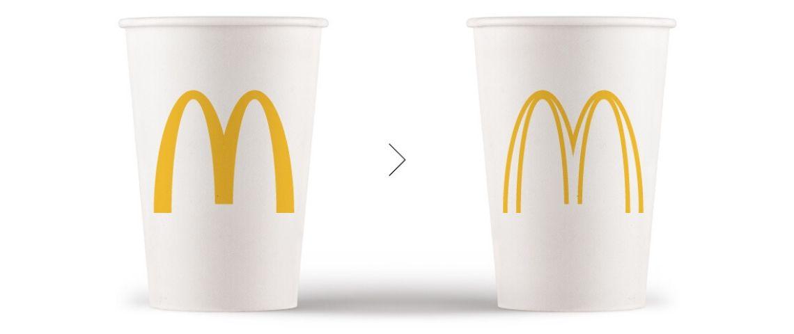 deux logos mcdo sur des gobelets