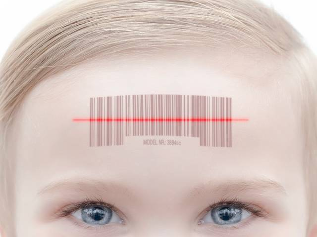 enfant portant un code un code-barre sur son front.