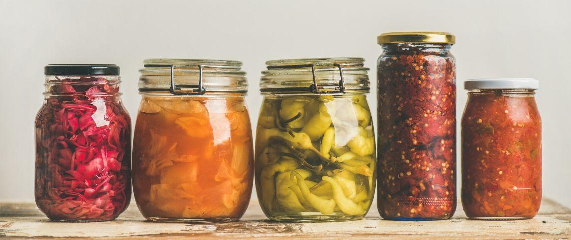 Des bocaux avec des légumes fermentés dedans