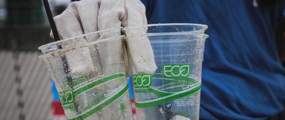 Gobelets en plastique labellisés  - éco -  ramassés sur la plage.