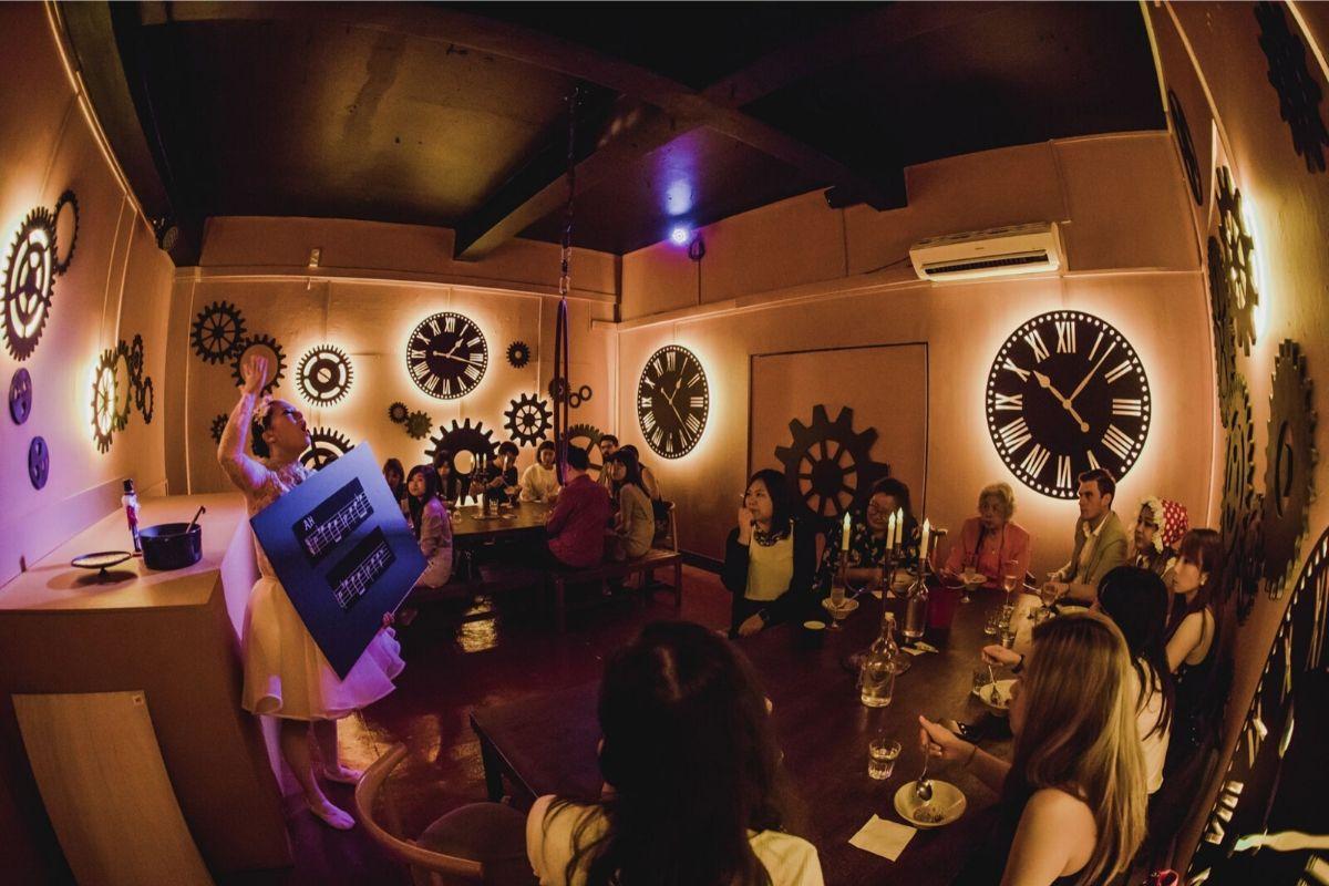 Dans gens des un restaurant avec des horloges sur les murs