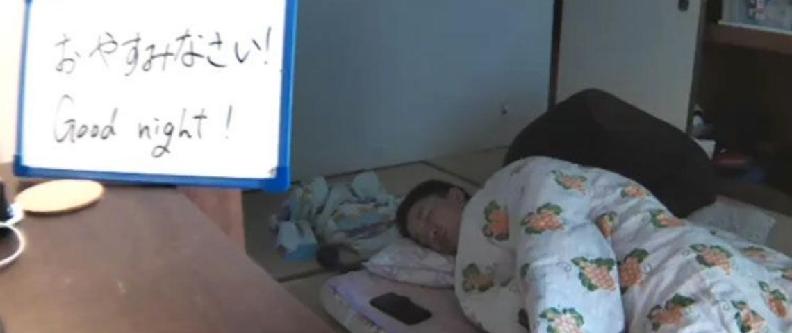 un japonais dort sous l'oeil d'une caméra