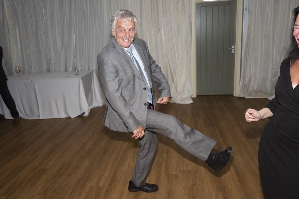 un vieil homme qui danse