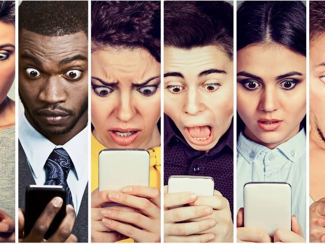 une série de visage grimaçant qui regardent un smartphone