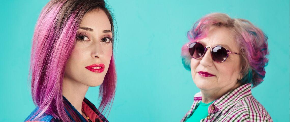 Une jeune femme et une vieille femme avec des cheveux colorés en rose