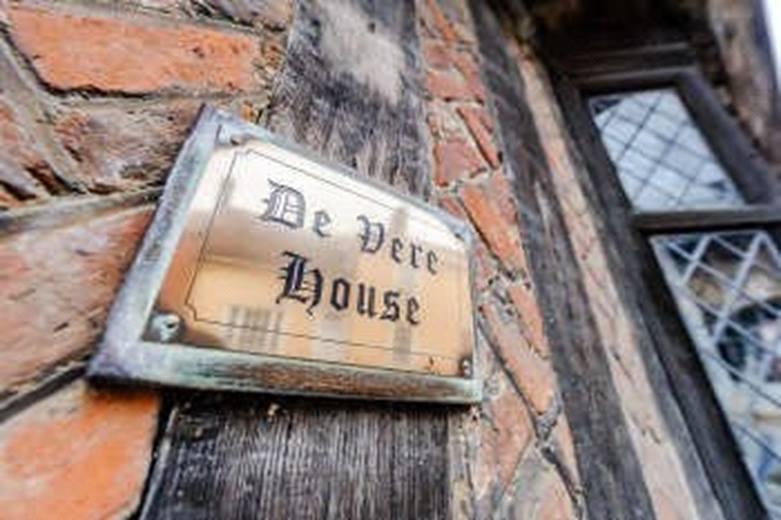 plaque de la maison qui a inspiré Harry potter avec l'inscription : De Dere House
