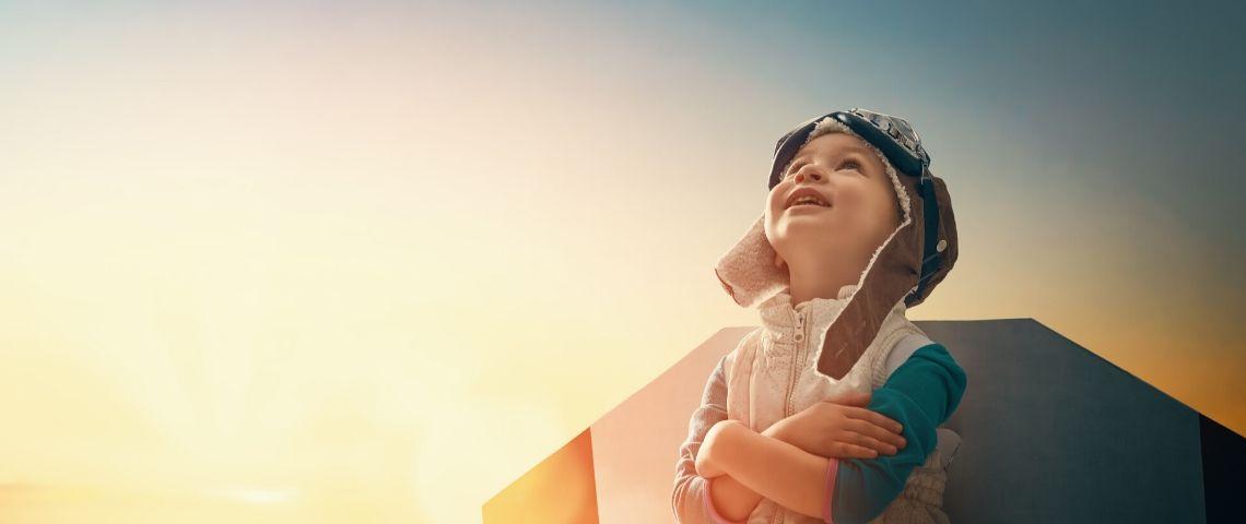 petit garçon bras croisés regarde le ciel