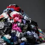 un tas de vêtements par terre