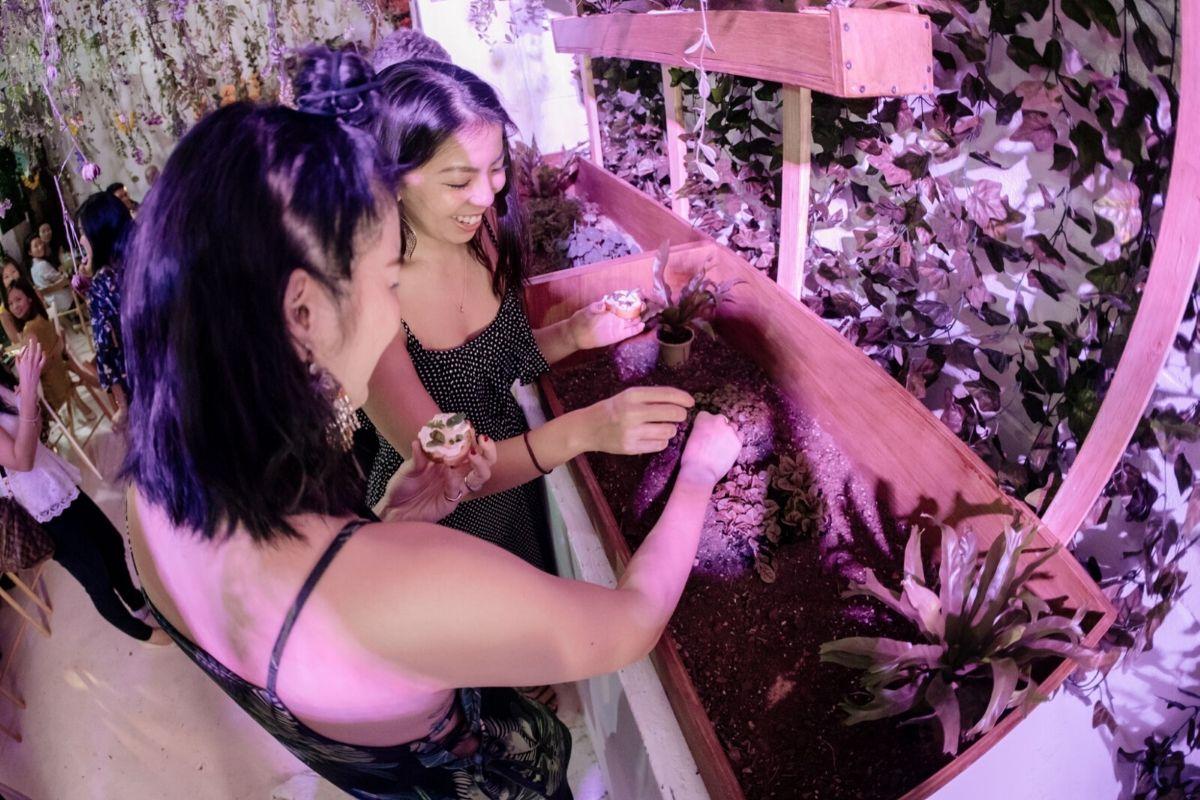 Deux femmes qui font du jardinage dans un restaurant