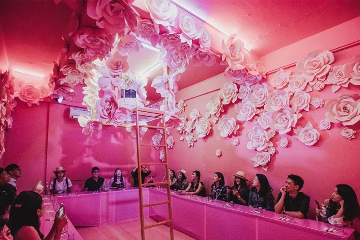 Des gens dans une pièce rose