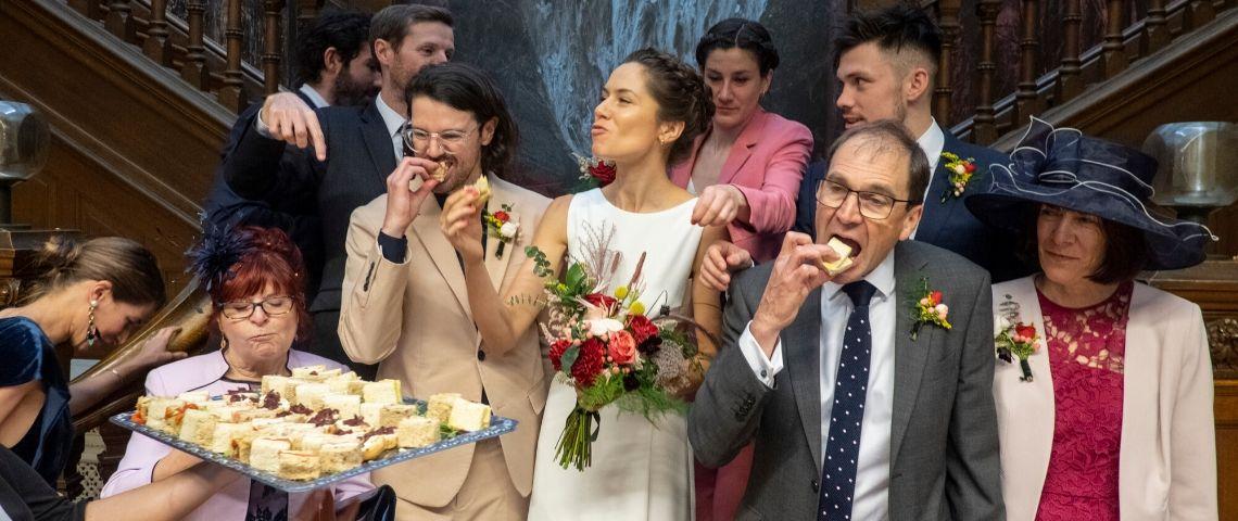 une scène de mariage à un banquet