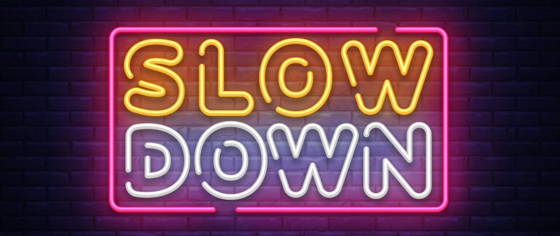Un néon portant l'inscription Slow Down