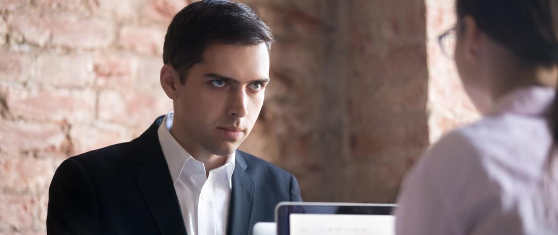 Homme observant avec insistance sa collègue d'en face