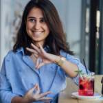 Deux femmes face à face parlent en langue des signes