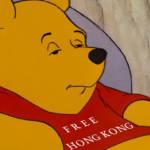 """une image de Winnie l'ourson avec la phrase """"Free Hong Kong"""" sur le tshirt"""
