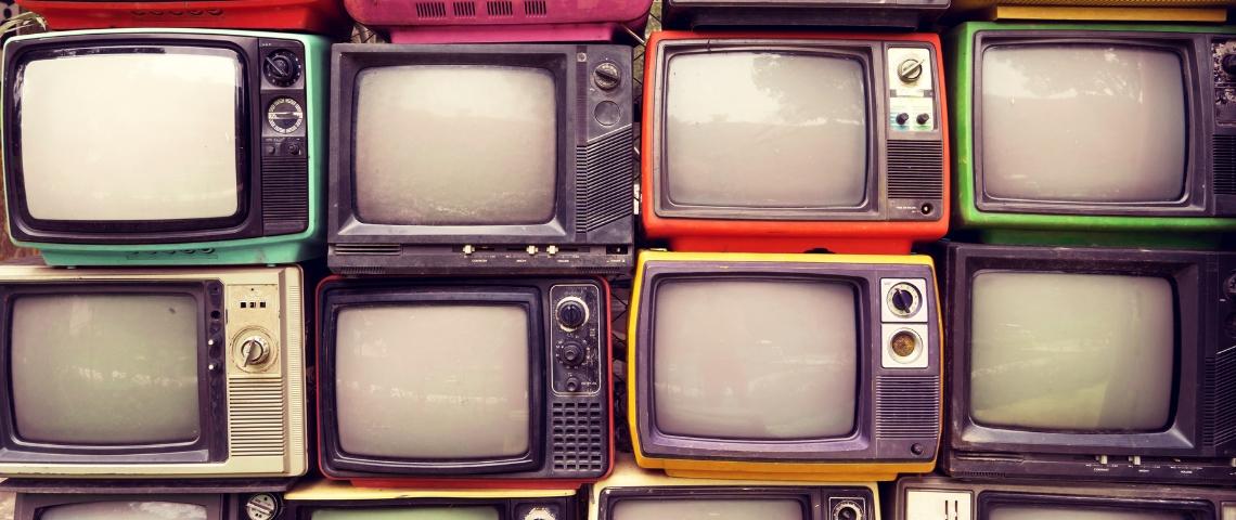 un mur fait avec des écrans de télévision