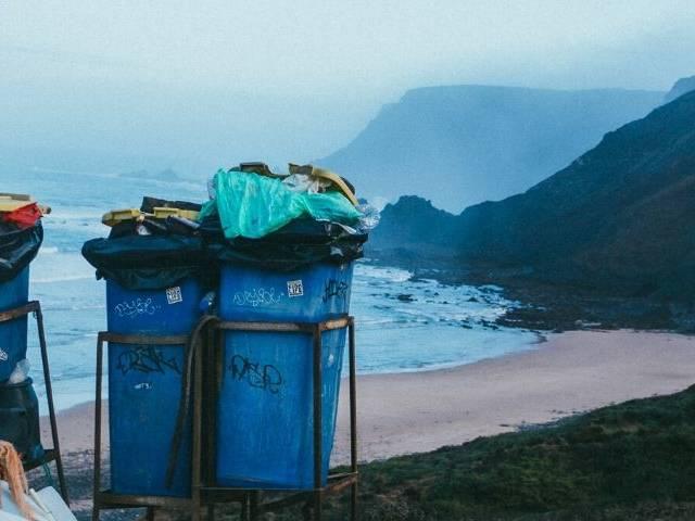 des poubelles pleines sur la plage