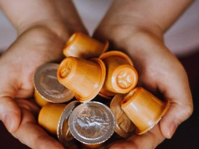 Des capsules de café au creux de mains