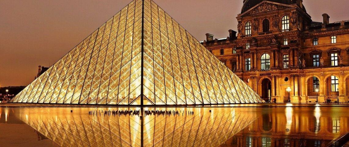 Pyramide du Louvre illuminée la nuit