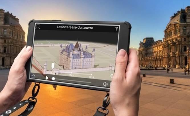 Tablette avec un monument en réalité augmentée