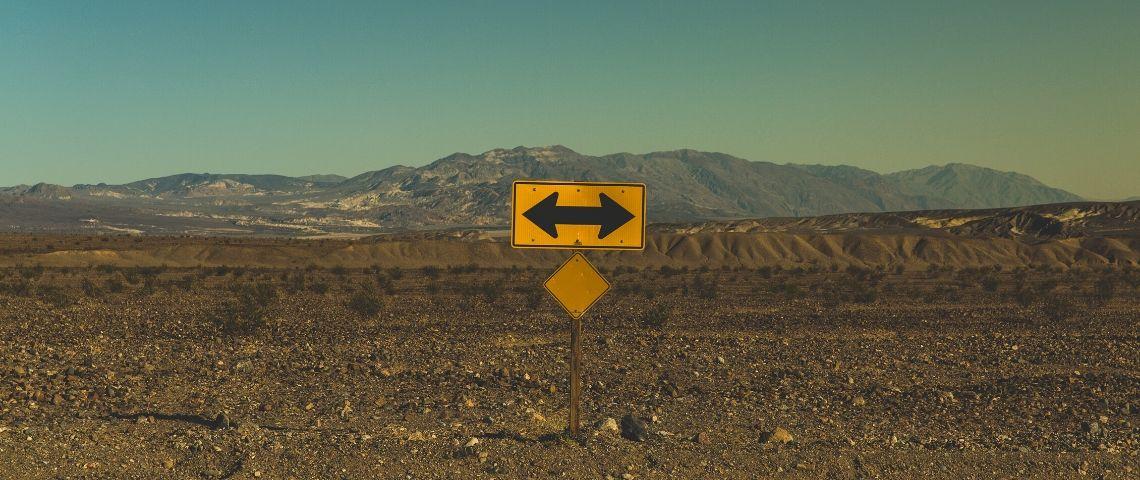 Un panneau qui indique deux directions